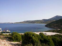 Eine Bucht in der Nähe von Emporion auf West-Milos. Hier werden wichtige Bodenschätze auf Schiffe verladen. (c) Tobias Schorr