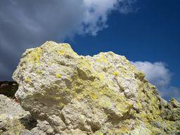 Vulkangestein, in dessen Poren sich Schwefel gesammelt hat (c) Tobias Schorr