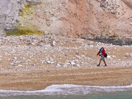 Tom Pfeiffer am Strand beim Schwefelbergwerk. (c) Tobias Schorr