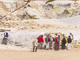 Die Gruppe des schweizer Geologievereins am Strand des Schwefelbergwerks. (c) Tobias Schorr