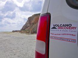 Das Logo von VolcanoDiscovery auf den Jeeps. (c) Tobias Schorr