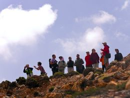 Tom Pfeiffer erzählt der Gruppe alles Wichtige über die Vulkane der Insel Milos. (c) Tobias Schorr