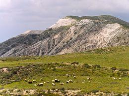 Blick auf die steilen Hänge des Tsingrado-Vulkans auf Milos. (c) Tobias Schorr