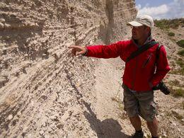 Tom Pfeiffer erklärt die Perlit-Lapilli-Schichten des Tsingrado-Vulkankomplex auf Milos. (c) Tobias Schorr