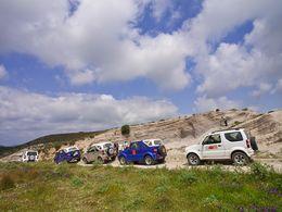 Die Jeeps unserer Exkursion im Bereich der Tsingrado-Kaldera. (c) Tobias Schorr