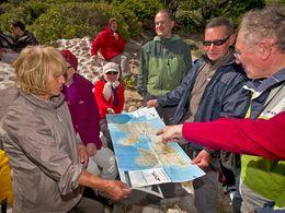 Die schweizer Gäste studieren die Landkarte von Milos. (c) Tobias Schorr