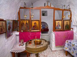 Der Innenraum der Kapelle Agios Konstantinos am Achivadolimni-See. (c) Tobias Schorr