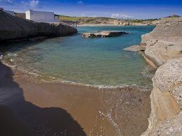 Wunderschöne Bucht an der Nordküste von Milos. (c) Tobias Schorr