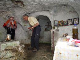 Die unter der Erde liegende Kirche Agios Konstantinos an der Nordküste von Milos. (c) Tobias Schorr