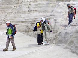 Die schweizer Gruppe wandert durch blendend weiße, vulkanische Tufflandschaften an der Nordküste von Milos. (c) Tobias Schorr
