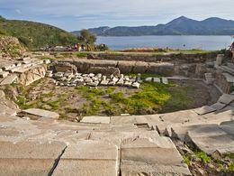Das erst kürzlich restaurierte, antike Theater der antiken Stadt Milos. (c) Tobias Schorr