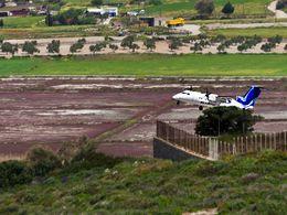 Eine Dash 80 hebt vom Flughafen Milos MLO ab. Der Flug nach Athen dauert ca. 35 Minuten. (c) Tobias Schorr