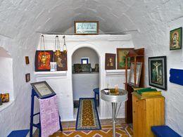 Innenraum einer kleinen Kapelle beim Flughafen Milos. (c) Tobias Schorr
