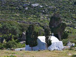 Die Kapelle Agios Konstantinos am Achivadolimni-See auf Milos. (c) Tobias Schorr