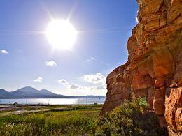 Vulkanische Tuffschichten bei den Salzgewinnungsanlagen Alykes auf Milos. (c) Tobias Schorr