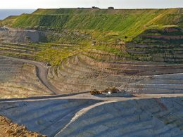 Das riesige Bentonit-Bergwerk im Norden der Insel Milos. (c) Tobias Schorr