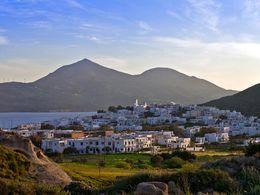 Blick auf den Hafenort Adamas und die Vulkane im Hintergrund (Profitis Ilias & Chontrovouno). (c) Tobias Schorr