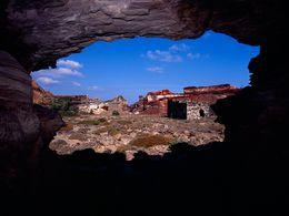 Blick aus einem Stollen auf ehemalige Bergwerksgebäude in Vani (c) Tobias Schorr