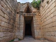 """Eingang zum """"Attreus-Schatzhaus"""", das schönste Kuppelgrab der mykenischen Kultur"""
