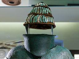 Eine 3400 Jahre alte Ritterrüstung aus den Gräbern von Dendra. Museum in Nauplion.(c) Tobias Schorr