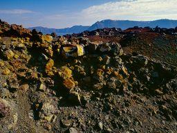 Die starken Farben zeigen eine ehemlaige Fumarole an, aus der heißes, vulkanisches Gas strömte. (c) Tobias Schorr
