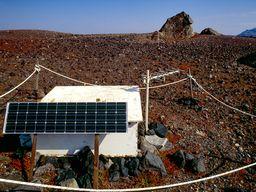 Messgeräte, die die aus dem Boden strömenden Gase messen. Nea Kameni / Santorini. (c) Tobias Schorr