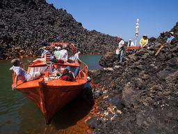 Auf Sostis Boot in einer kleinen Bucht mit Thermalquellen an der Insel Nea Kameni. (c) Tobias Schorr