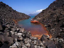 An der Insel Nea Kameni gibt es kleine Fjords, in denen es sehr warme, eisenhaltige Thermalquellen gibt. (c) Tobias Schorr
