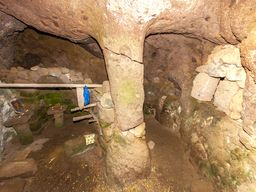 Gesamtansicht der Höhle mit der Kapelle und dem Nebenraum. (c) Tobias Schorr 2013