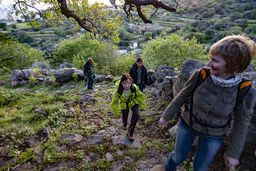 Mit der kleinen Wandergruppe auf dem Weg zur Akropolis von Nisyros. (c) Tobias Schorr