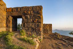 Das beeindruckende Eingangstor zur antiken Akropolis von Nisyros. (c) Tobias Schorr