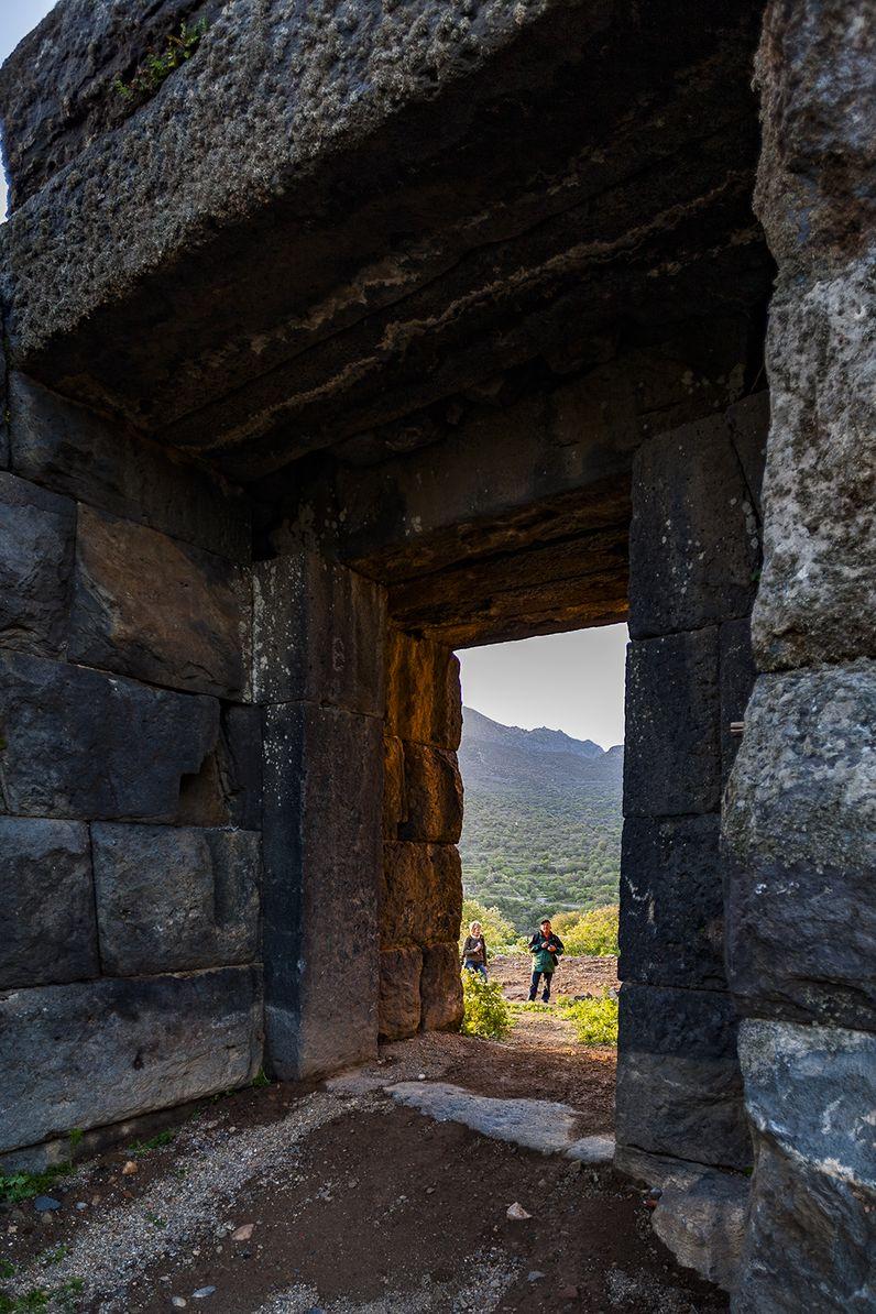 Blick durch den Eingang der antiken Akropolis von Nisyros. (c) Tobias Schorr