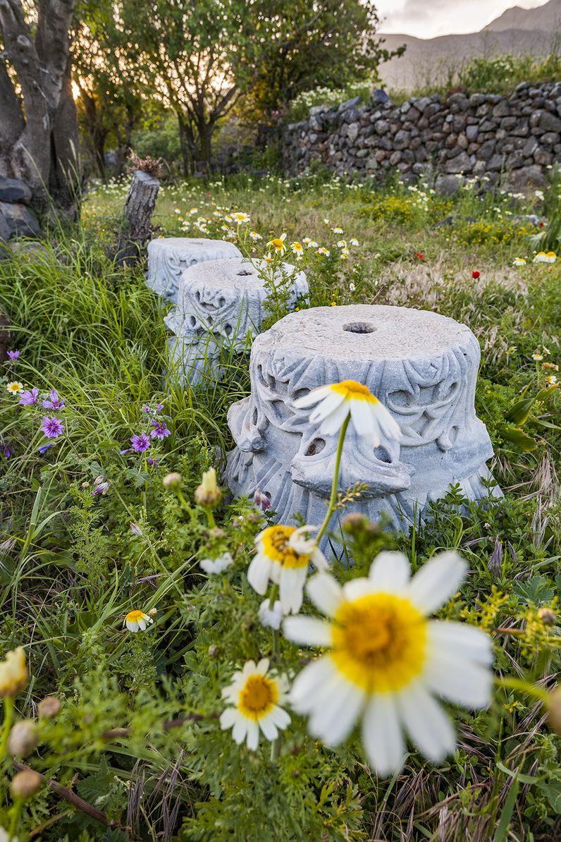 Diese korinthischen Säulenkapitelle stammen von einer Basilika, die antike Reste von Tempeln recycled hat. (c) Tobias Schorr