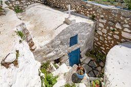 Die Kapelle Agios Andreas, die heute unterhlab des Bodenniveaus steht, zeigt an, wo der archäologische Boden liegt. In der Umgebung lag der antike Hafen von Nisyros. (c) Tobias Schorr