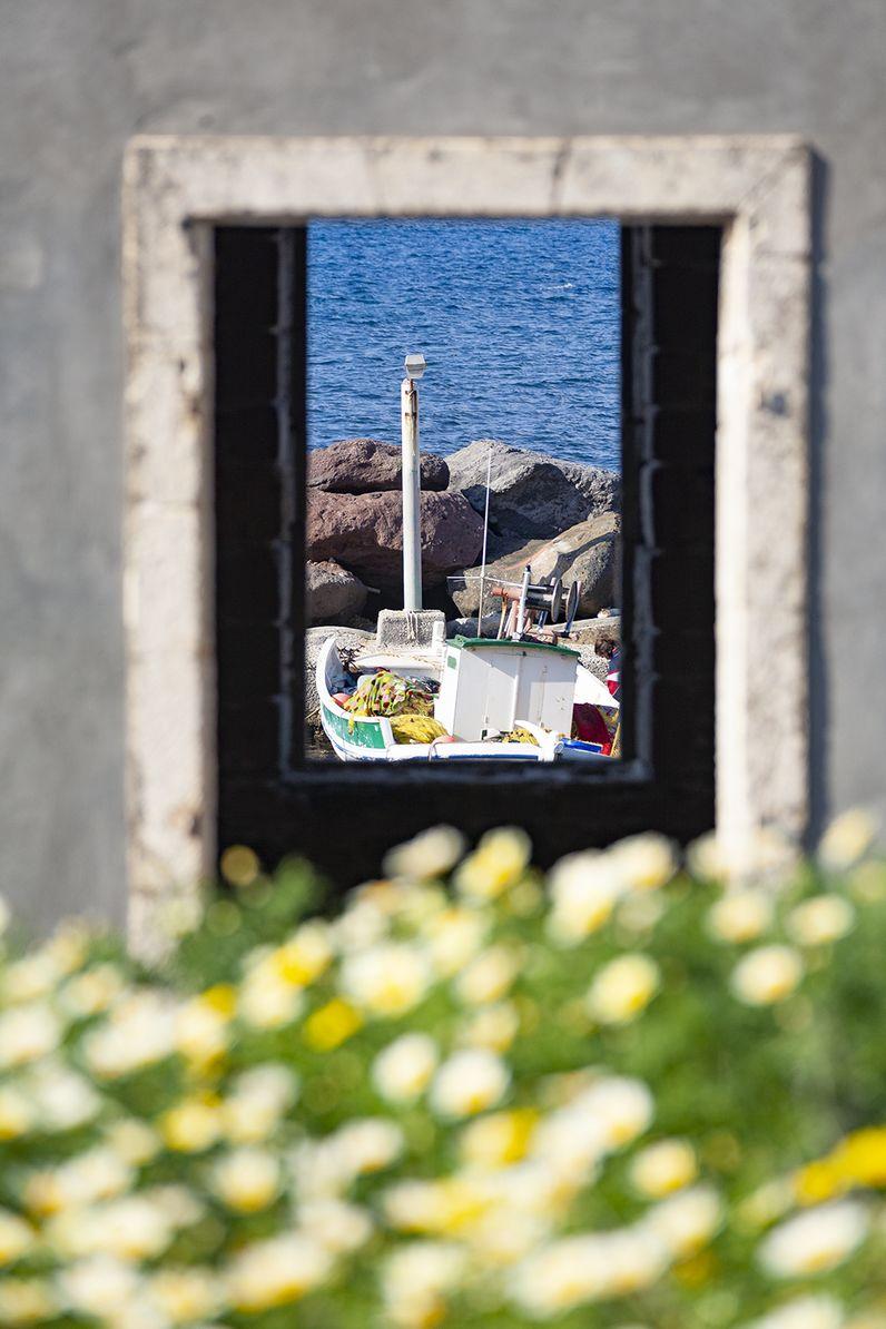 Blick aus einem Fenster der Heilbäder Mandrakis auf den kleinen Fischerhafen. (c) Tobias Schorr
