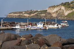 Der kleine Fischerhafen an den Heilbädern Mandraki. (c) Tobias Schorr
