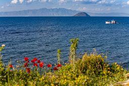Blick auf einen Fischer und die Küste von Kos. (c) Tobias Schorr