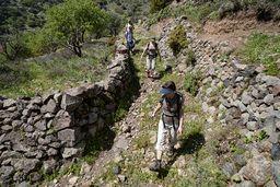 Die Wandergruppe auf dem Weg in die Caldera. (c) Tobias Schorr