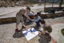 Am Stefanos-Krater angekommen, bietet sich die beste Gelegenheit, die Karte der Insel zu studieren. (c) Tobias Schorr