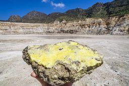 Überall ist der Boden des Stefanoskraters mit dicken Schichten aus reinem Schwefel bedeckt. (c) Tobias Schorr