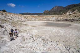 Der Stefanos-Krater entstand durch extrem starke Dampfexplosionen, nicht durch Lavaexplosionen! (c) Tobias Schorr