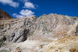 Der halb zerstörte Lavadom am Polyvotis-Krater. (c) Tobias Schorr