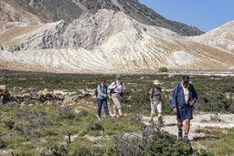 Die Wandergruppe verlässt langsam den Kraterbereich. (c) Tobias Schorr