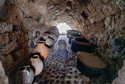 In einer Nische des Klosters hat man alte Tongefäße gesammelt. (c) Tobias Schorr