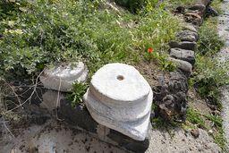 Ein antikes, dorisches Säulenkapitell, das wohl von der Akropolis heruntergerollt ist. (c) Tobias Schorr