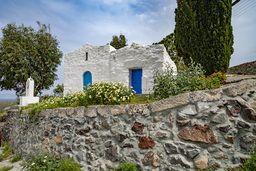 Die kleine Kapelle am Sportplatz von Mandraki. Hie rin der Nähe lag ein antiker Friedhof, dessen Funde im örtlichen, archäologischen Museum sehenswert sind! (c) Tobias Schorr