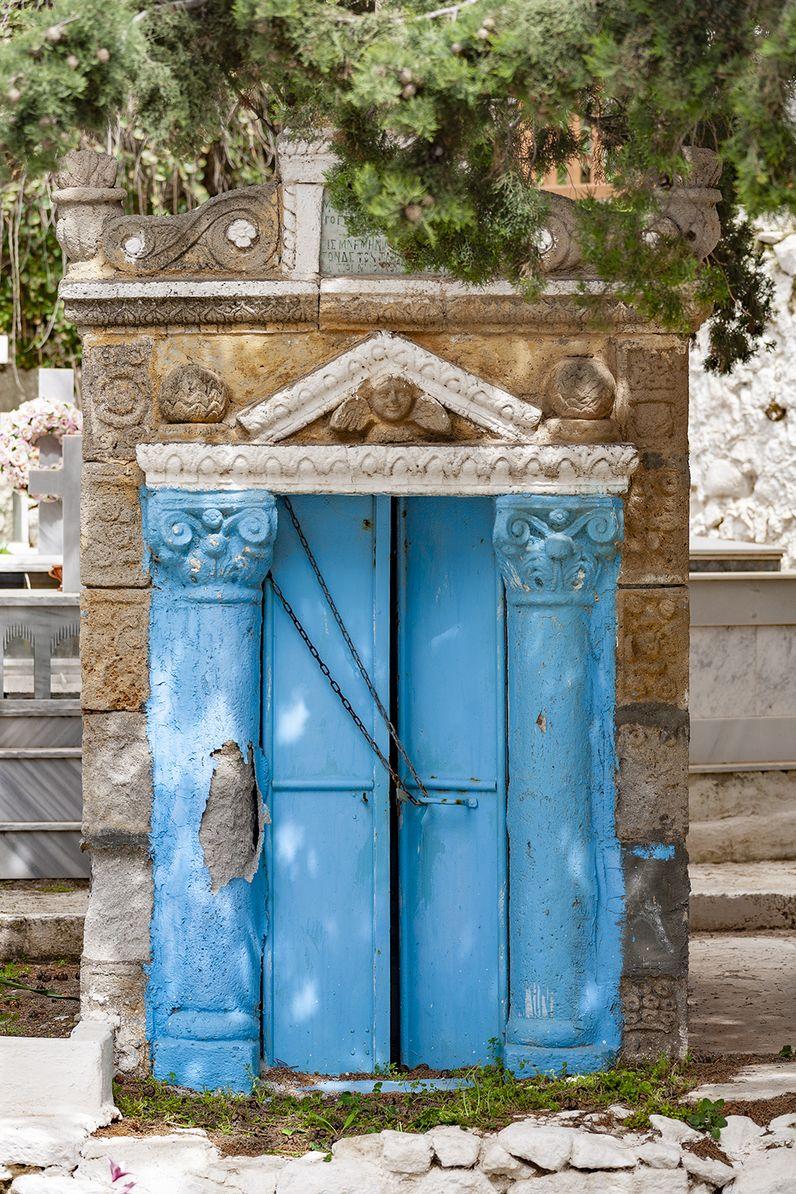 Ein aus dem lokalen Vulkangestein gehauenes Grabdenkmal auf Nisyros. (c) Tobias Schorr