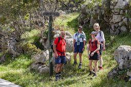 Die Wandergruppe am Schild zum Gipfel Profitis Ilias. (c) Tobias Schorr