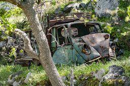 Ein altes, dreirädriges Auto wird langsam selbst zur antiken Ruine. (c) Tobias Schorr