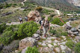 Aufstieg vom Rand der Caldera zum Dorf Nikia. (c) Tobias Schorr
